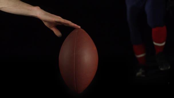 Footballeur botter le ballon — Vidéo