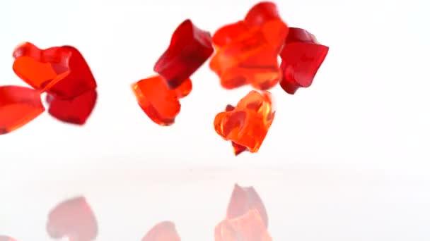 Corazones de gelatina cayendo — Vídeo de stock