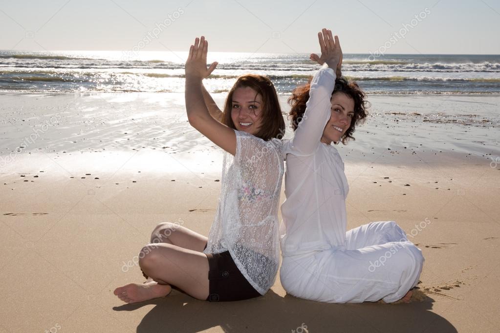 Фото двух брюнеток на пляже фото 363-118