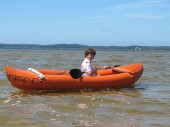 Boy with paddle and kayak — Stock Photo