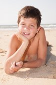 Boy is waiting for somebody on the beach — Stock Photo