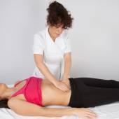 Kobieta masaż przez dziewczyny — Zdjęcie stockowe