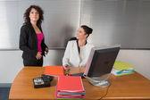 两个女孩在办公室 — 图库照片