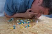 Gros plan de drogue accro homme prenant la cocaïne — Photo