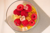 Dessert with raspberries under white plate in a glass — Stock fotografie