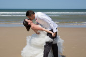 Beautiful couple at the beach happy together — Stock Photo