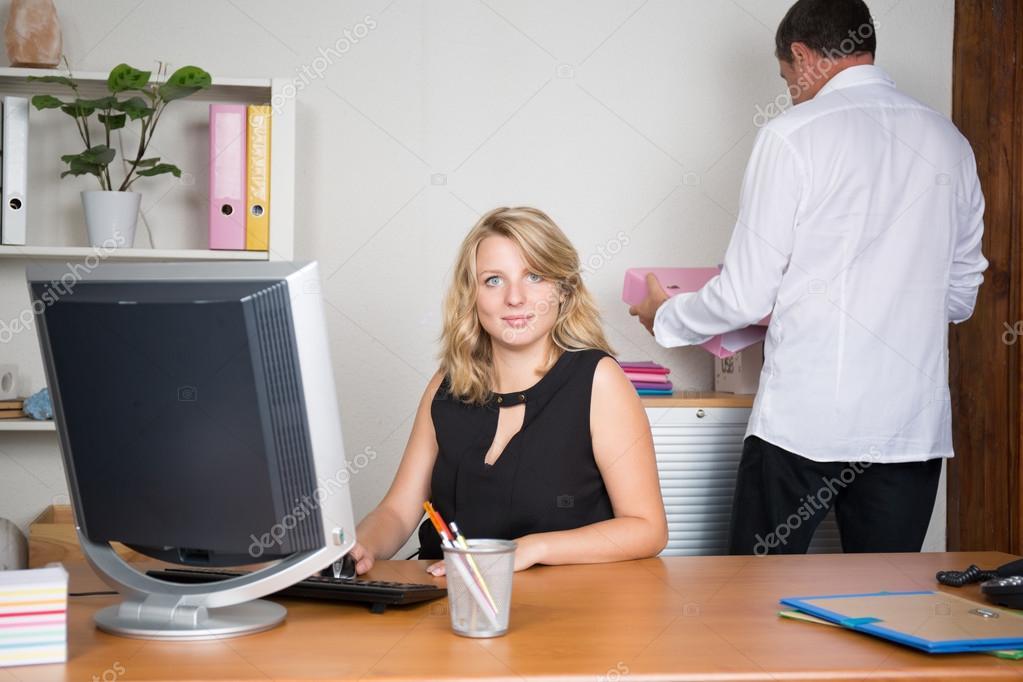 Секретарша в офисе скачать фото 328-909