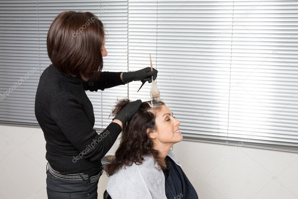 Mujer en el sal n haciendo nuevo estilo estilista de pelo - Nuevo estilo peluqueria ...