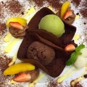 Green tea ice and chocolate ice cream with fruit — Foto de Stock