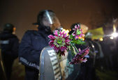 Policeman holding flowers — Stock Photo