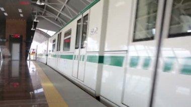 Subway train leaving station — Stock Video
