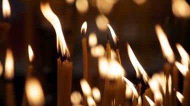 церковные свечи — Стоковое видео