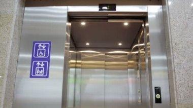 Aufzug für Mütter geöffnet und Körperbehinderte — Stockvideo