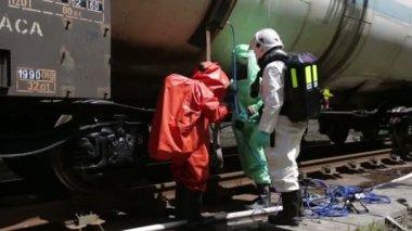 鉄道近くの有毒化学物質酸緊急チーム — ストックビデオ