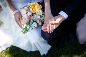 Gelin holding çiçek buketi — Stok fotoğraf