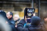 Man photographs the Prague Astronomical clock — Stock Photo