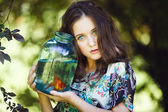 Ung vacker flicka med guld fisk — Stockfoto