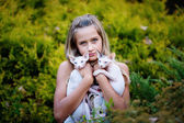 Девочка и кошки — Стоковое фото