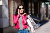携帯電話で話しているショッピング女性 — ストック写真