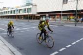 велосипедисты езда велосипеды на улице — Стоковое фото
