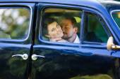 A wedding couple in old car — Foto de Stock