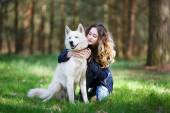 Happy girl with husky dog — Stockfoto