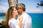 Happy couple on the seacoast — Stock Photo