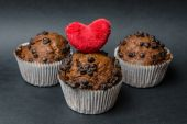 Chocolate muffins with heart  on a dark background — Stock Photo