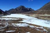 Frozen High altitude mountain lake at Sela, Arunachal Pradesh — Stock Photo