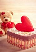Valentines Day. Teddy Bear Loving with hearts and gift box — Стоковое фото
