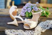 Wedding shoes with a lilac — Stock Photo