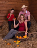 Family in the hayloft with fruit — 图库照片