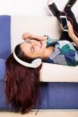 Chica joven relajante mientras escucha música — Foto de Stock