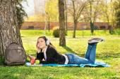 Luisteren muziek meisje in het park — Stockfoto
