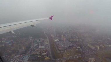City landing airplane — Stock Video