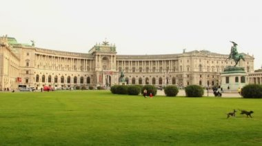 Green lawn Heldenplatz — Stock Video