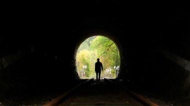 Man walking in tunnel — Stock Video