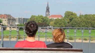 Couple assis sur un banc — Vidéo
