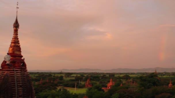 Pagoda con arco iris — Vídeo de stock