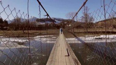 En traversant le pont. — Vidéo