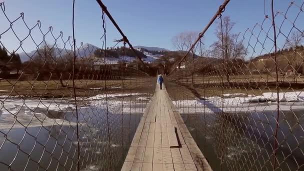 Pasando por el puente. — Vídeo de stock