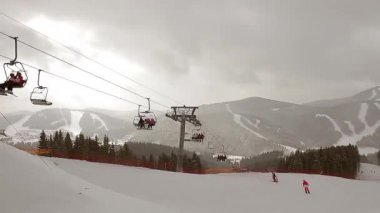 Skiers ascend on chairlift. — Vídeo de Stock