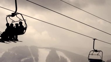 Skiers ascend on chairlift. — Stock Video