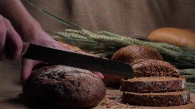 Cutting black bread — Stock Video