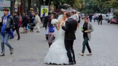 Bride and groom walking — Stock Video