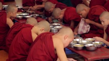 Burmese monks in the city of Bagan. — Stock Video