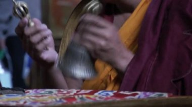 Monk chanting mantras with tibetan buddhistic bell and varja — Stok video