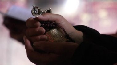 Tibetan buddhistic bell and rosary in hands. — Stok video