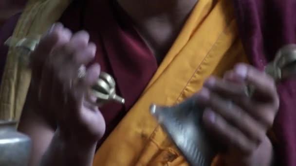 Monje cantando mantras con la campana tibetana de buddhistic y varja — Vídeo de stock