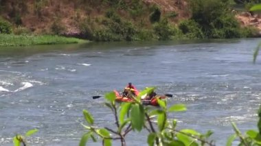 Rafting in rough waters the White Nile, Uganda — Stock Video